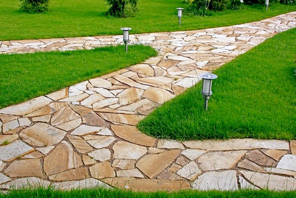 Дорожка на даче из камней
